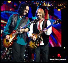 Tom Petty & The Heartbreakers with various Gibsons Mike Campbell, My Tom, Tom Petty, Toms, Concert, Celebrities, Fictional Characters, Happy, Entertainment