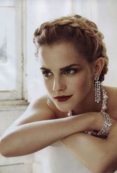 I don't normally think much of Emma Watson, but here she looks stunning!