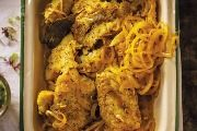 Pastaslaai  1 ui  1 Greenpepper  500g pasta (enige soort)    Kook pasta tot sag en  kap ui en greenpepper fyn.    Slaaisous:  1k tamatiesous  125ml olie  125ml asyn  25ml kerriepoeier  2ml swartpeper    Meng saa...