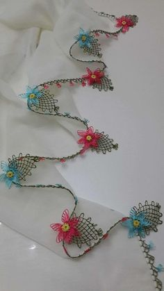This Pin was discovered by ınc Needle Tatting, Needle Lace, Bobbin Lace, Basic Crochet Stitches, Embroidery Stitches, Hand Embroidery, Crochet Flowers, Crochet Lace, Knitting Patterns