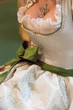Oktoberfest Outfit, Pretty Dresses, Sexy Dresses, Drindl Dress, Green Fashion, Traditional Dresses, Beauty Women, Piercing, Vintage Outfits