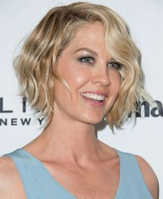 Jenna Elfman Photos Photos - Actress Jenna Elfman arrives at the Marie Claire's Fresh Faces Party at Soho House on April 2014 in West Hollywood, California. Shoet Hair, New Hair, Bob Hairstyles For Fine Hair, Celebrity Hairstyles, Short Hair With Layers, Short Hair Cuts, Jenna Elfman Hair, Bob Hair Color, Short Blonde