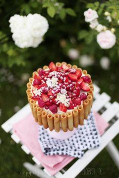 Fräulein Klein : sommerlich in Pastell • Schoko-Nuss-Torte mit roten Beeren • Rosen-Madeleines