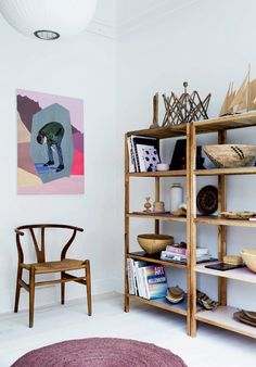 Flet i boligen: Kurvenes comeback - Boligliv - ALT. Wall Shelves, Shelving, Room Inspiration, Interior Inspiration, Deco Furniture, Shop Interiors, Scandinavian Home, Decoration, Home And Living