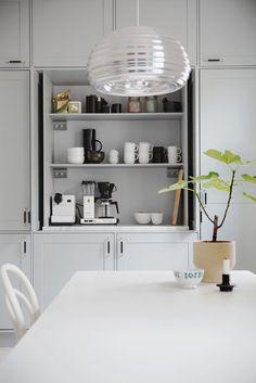 yhteistyössä Unique Home Meidän keittiö on epäilemättä yksi kotimme lempitilojani, olen äärettömän tyytyväinen juuri tämän tilan materiaaleihin ja tilaratkaisuihin. Keittiöstä olen kirjoitellut aiemmin mm. täällä, mutta muutama tilaan liittyvä yksityiskohta on jäänyt vielä esittelemättä. Yksi näistä näppäryyksistä on korkeaan kaapistoseinään piiloutuva aamiaiskaappi, joka onkin esittelyvuorossa nyt seuraavana. Aamiaiskaappi on ehdottomasti yksi keittiömme kulmakivistä, joka tarjoaa...Lue…