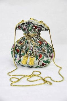 I am obsessed with the minaudiere's Barry has given me. Mainly owls and butterflies but I may have to get this floral type one. Beaded Purses, Beaded Bags, Vintage Purses, Vintage Handbags, Vintage Hats, Unique Bags, Judith Leiber, Cute Bags, Beautiful Bags