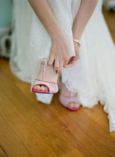 Um casamento retrô fica ainda mais charmoso com esses sapatos coloridos com bolinhas, lembrando o estilo pin-up.