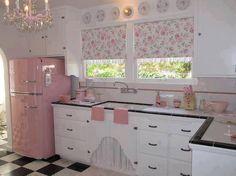 uma opção para dar cor à cozinha. é investir em uma geladeira, ou fogão da cor escolhido pra técnica monocromática.
