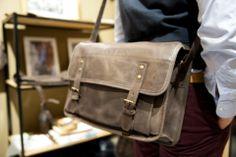 Réédition de sacs postiers par Code Postal #mode #homme #sacs #codepostal #mensfashion #menswear #bags