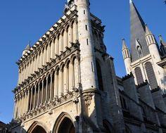 L'église Notre-Dame de Dijon, commencée en 1220 et terminée en 1240, se rattache au style dit «gothique bourguignon». Notre-Dame ne possède pas de déambulatoire. Quasiment sans chapelle latérale, elle offre aux visiteurs une rangée de vitraux du XIIIe siècle dans le croisillon gauche du transept (le reste de la verrière est l'œuvre du maître verrier parisien Édouard-Amédée Didron au XIXe siècle) et une statue du XIe ou XIIe siècle : Notre-Dame de Bon-Espoir dans une chapelle absidiale. Bourguignon, Chapelle, Gauche, Dit, Les Oeuvres, Louvre, Photos, Statue, Building