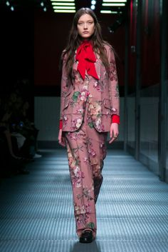 A floral print trouser suit from the Gucci fall 2015 collection. (Photo: Nowfashion)