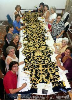Detalles, foto de Sebastian Marchante El bordado de oro es un tipo de bordado que utiliza hebras de oro (o en menor medida, plata)....