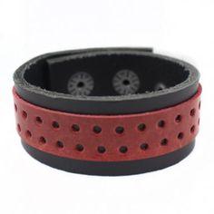 Bracelete em Couro Natural preto com 01 faixa sobreposta perfurada de couro na cor vermelha.