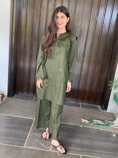 Beautiful Pakistani Dresses, Pakistani Dresses Casual, Pakistani Dress Design, Pakistani Fashion Party Wear, Indian Fashion Dresses, Indian Designer Outfits, Stylish Dresses For Girls, Stylish Clothes For Women, Simple Dresses