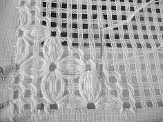 Risultati immagini per bordado hardanger pano de prato Embroidery Designs, Hardanger Embroidery, Types Of Embroidery, Ribbon Embroidery, Cross Stitch Embroidery, Embroidery Tattoo, Drawn Thread, Thread Work, Lacemaking