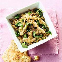 2 potten/blikken (blonde) linzen, uitgelekt 2 blikken kokosmelk (a 200 ml) 3 el olie 1 ui, in halve ringen 300 g kipfiletreepjes 1 bakje boemboe curry (100 g) 2 zakken verse spinazie (a 300 g)  1. Doe de linzen in een pan en voeg de kokosmelk toe. Breng tegen de kook aan.  2. Verhit de olie in een wok en roerbak de ui 3 min. Voeg de kip toe en roerbak 3 min. mee. Voeg de boemboe en de linzen met de kokosmelk toe en breng aan de kook. Voeg de spinazie in delen toe tot de spinazie is…