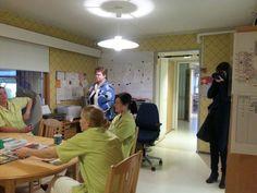 Haasteluhetki hoitajien taukotilassa. Kuva: Saara Gröhn