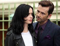 Η αλκοολική ντετέκτιβ-ηπερήρωας της Marvel και του Netflix επιστρέφει στις 8 Μαρτίου, μετά από μία πολύ ενδιαφέρουσα πρώτη σεζόν. Ας δούμε, λοιπόν τι γνωρίζουμε μέχρι στιγμής. Οι σειρές της Marvel αποτελούν τις πιο επιτυχημένες superhero σειρές των τελευταίων χρόνων και οι φαν