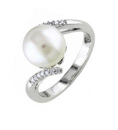 La sortija SHEILA es un precioso diseño de sortija de diamantes y perla central australiana, una joya ideal para toda ocasión. Es ideal tanto como complemento del look de novia, o como sortija de uso diario. Además combina a la perfección con pendientes, colgantes o collares de perla de la firma Navas Joyeros.