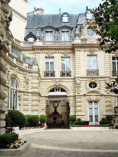 Paris, avenue Van Dyck Apartments