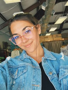 Cute Glasses Frames, Cute Girl With Glasses, People With Glasses, Cool Glasses, New Glasses, Women With Glasses, Trending Glasses Frames, Glasses Style, Glasses Outfit