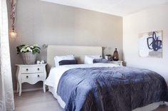 ROLIG PALETT: Tapetet bak sengen tilfører litt glamour til soverommet. Det kommer fra Poesi interiør. Sengeteppe fra Bolina. Lampen er fra Balzac. Bildeter malt av Hanne-May Scheen.