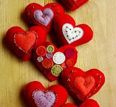 Lovely wool felt heart crafts - easy and quick to stitch up Valentines Day Hearts, Valentine Day Crafts, Be My Valentine, Holiday Crafts, Fabric Crafts, Diy Crafts, Felted Wool Crafts, Heart Crafts, Creation Couture