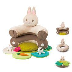 Oxybul a imaginé ce cale-bébé évolutif Sensibul dans le but d'apporter à nos tout-petits tout ce dont ils ont besoin pour passer en douceur de la position couchée à la position assise. D'abord, les deux parties du lapin sont liées entre elles, bébé est allongé sur le tapis fleur et le coussin. Puis, quand il tient assis, les coussins calent le dos de l'enfant, assis, prêt à découvrir les matières et couleurs du coussin fleur et les 4 accessoires d'éveil, des lapins, une carotte et une…