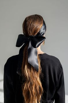 How to Tie and Style the Perfect Hair Bow You are in the right place about diy hair accessories Here we offer you the most beautiful pictures about the diy hair accessories leather you are looking for Black Hair Bows, Black Ribbon, All Black Fashion, Hair Ribbons, Ribbon Hair, Diy Hair Accessories, Big Bows, Diy Hairstyles, Hair Goals