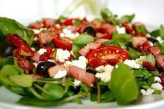 Salada de bacon com queijo de cabra e tomatinho.   10 receitas para você que precisa de mais bacon na sua dieta