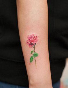 tatouage-rose-couleur-bras-femme