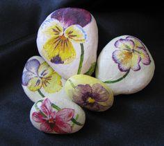 FIALKY+Sada+pěti+kamínků+zdobených+ubrouskem+s+motivy+fialek+laděných+do+pastelových+tónů.+Zabaleno v+celofánu.+Velikost+-+4cm,+3,5cm,+3,5cm,+2,5cm,+2,5cm