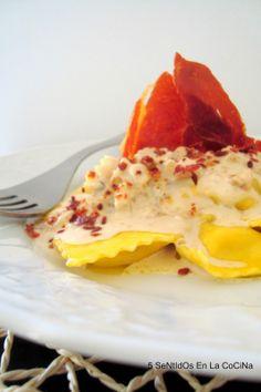 Ravioli de queso con salsa de nueces, pera y polvo de jamón