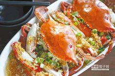 蒜香三點蟹/一隻450元↑以蒜末、蠔油蒸螃蟹,讓蟹汁與XO醬、粉絲交融出鮮郁滋味。(鄭夙玲攝)
