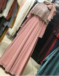 Dress party night long gowns 27 ideas for 2019 Hijab Gown, Hijab Evening Dress, Hijab Dress Party, Dress Muslim Modern, Muslim Dress, Muslim Hijab, Dress Brokat Modern, Street Hijab Fashion, Muslim Fashion