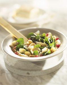 Spinatsalat mit Stachelbeeren, Granatapfel, Pecorino und Taleggio |  http://eatsmarter.de/rezepte/spinatsalat-mit-kaese