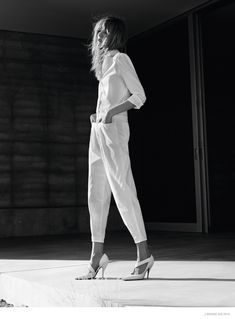 Loving the all white story in the J Brand campaign with Daria Strokus. Definitely want to update my white denim pieces this year with a few new silhouettes. Ad Fashion, White Fashion, Denim Fashion, Editorial Fashion, Fashion Poses, Fashion Shoot, Spring Summer 2015, Spring Summer Fashion, Rolled Up Jeans