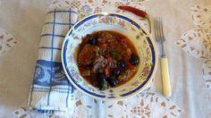 Părerile sunt împărțite în ceea ce privește această mâncare de limba cu masline. Unii spun că ar fi de sorginte grecească, în timp ce alții susțin sus și tare că rețeta provine din Italia. Ba nu, zic musulmanii din Dobrogea, rețeta își are originea în Turcia. Ramen, Beef, Ethnic Recipes, Food, Italia, Meat, Essen, Meals, Yemek