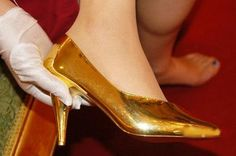 This past weekend a jewelry shop was showcasing a a pair of high heels made of pure gold (up to 680g of it) in Wuhu, Anhui Province. There's very little information available on the shoes, including who designed them (although we do know they're Italian), how much they cost, or if there's more than one pair in existence (and if not, what size is this pair?).