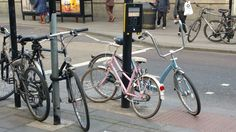 Vintage bikes in London. It's time to get on your bike! #London #retrobike #vintagebikes #gettingaroundlondonbybike #cycle journeywithbola.com