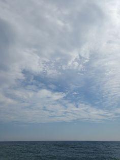 Nubes sobre el mar / Arenys