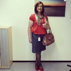 Mit neuer Handtasche im Büro :-)