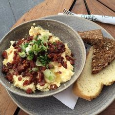 Scrambled eggs and bacon Scrambled Eggs, Copenhagen, Macaroni And Cheese, Bacon, Ethnic Recipes, Food, Mac And Cheese, Essen, Meals