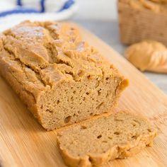 This gluten free bread flourless bread is easy to make with just six ingredients. It's a quick and easy bread option for those looking for something flourless, gluten free or low carb. It bakes, looks, feels and taste similar to wheat flour breads. Low Carb Breakfast, Breakfast Dishes, Breakfast Ideas, Breakfast Recipes, Breakfast Cookies, Stevia, Flourless Bread, Cake Simple, Cake Aux Raisins