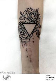 Resultado de imagem para tattoo flor triangulo