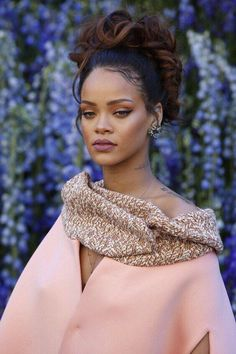 Fashion — Rihanna at dior. Fashion — Rihanna at dior. Rihanna Dior, Style Rihanna, Looks Rihanna, Mode Rihanna, Rihanna Makeup, Rihanna Fenty, Rihanna Fashion, Dior Fashion, Kinky Hair