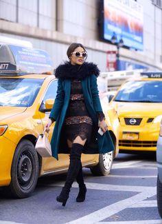 Camila Coelho em NY Vestido: BCBG Collection Casaco: Kate Spade Bota: Stuart Weitzman Bolsa e Óculos: Dior Cachecol: Gloria Coelho