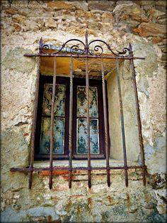 Fenêtre avec grille en fer forgé, via Flickr.