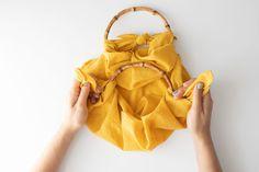 DIY No Sew Furoshiki Purse (with handles! Diy Purse No Sew, Diy Bags No Sew, Diy Purse Organizer, Japan Bag, Japanese Wrapping, Diy Bags Purses, Potli Bags, Purse Handles, Fashion Sewing