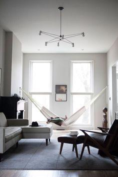 Le hamac sait allier l'ultime confort à l'élégance. Ce lit tressé d'origine sud-américaine charme autant par son artisanat ancestral que par le bien-être qu'il procure.